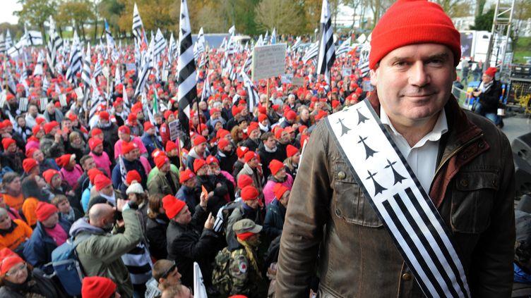 """Le maire de Carhaix (Finistère) et leader des """"bonnets rouges"""", Christian Troadec, lors d'une manifestation dans sa ville, le 30 novembre 2013. (FRED TANNEAU / AFP)"""