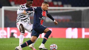 L'attaquant du PSG Kylian Mbappé face au défenseur de Manchester United,Axel Tuanzebe, le 20 octobre 2020, en Ligue des champions. (FRANCK FIFE / AFP)