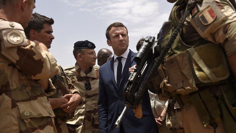 Le président Emmanuel Macron rend visite aux troupes françaises, le 19 mai 2017, à Gao (Mali). (CHRISTOPHE PETIT TESSON / AFP)