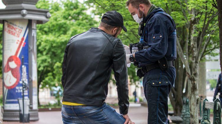 Un contrôle de police durant le confinement à Toulouse. (FR?D?RIC SCHEIBER / HANS LUCAS)