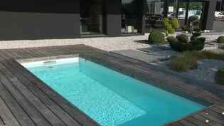 Vacances d'été : l'engouement des particuliers pour les piscines (FRANCE 2)