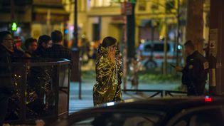 Une victime des attentats de Paris, près du Bataclan, dans le 11e arrondissement, le 14 novembre 2015. (KAMIL ZIHNIOGLU / AP / SIPA)