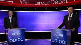 Les finalistes de la primaire de la droite, François Fillon et Alain Juppé, le 24 novembre 2016. (ERIC FEFERBERG / AFP)