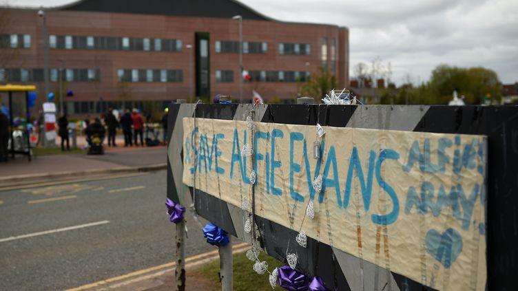 """Une banderole """"sauvez Alfie Evans"""" brandie par des manifestants devant l'hôpitalAlder Heyà Liverpool, le 26 avril 2018. (OLI SCARFF / AFP)"""