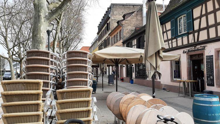Les tables et chaises attendent dehors, devant des bars de Krutenau, à Strasbourg, le 26 février. (CORINNE FUGLER / FRANCE-BLEU ALSACE (+ FB ELSASS))