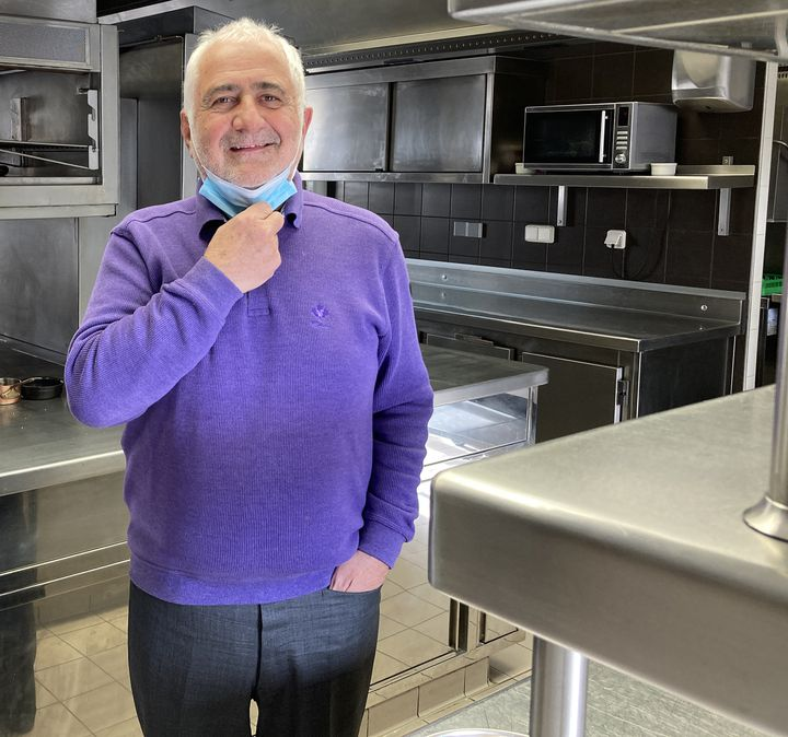 Le chef Guy Savoy dans les cuisines de son restaurant Quai Conti à Paris, le 6 avril 2021 (Laurence Houot / franceinfo Culture)