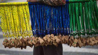 Des sifflets en bois sont vendus sur la plage de Copacabana à Rio de Janeiro (Brésil), le 10 juin 2014. (YASUYOSHI CHIBA / AFP)