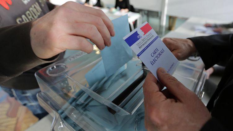 Dans un bureau de vote de Lorient (Morbihan), le 23 mars 2014. (MAXPPP)
