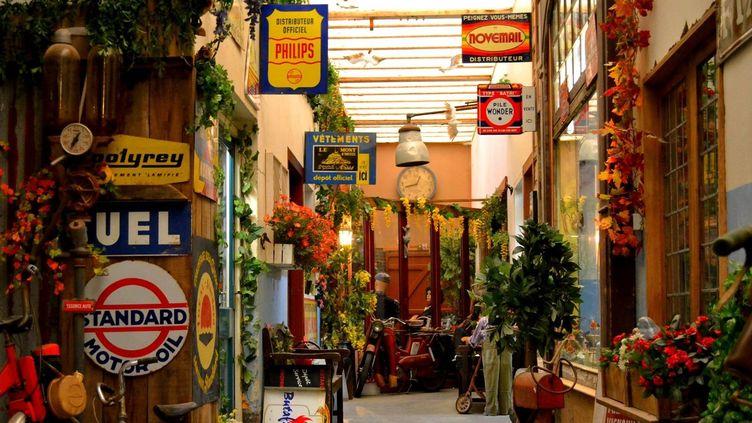 Une rue et sa trentaine de commerces des années 50 à 70 a été reconstituée avec des dizaines de milliers d'objets d'époque, dans une ancienne laiterie de Sourdeval dans la Manche.  (A la Belle Epoque - facebook)