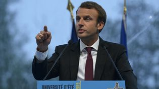 Le ministre de l'Economie, Emmanuel Macron, lors de son discours devant le Medef, le 27 août 2015, àJouy-en-Josas (Yvelines). (ERIC PIERMONT / AFP)