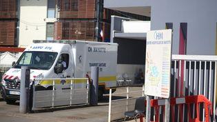 Une ambulance sort du Centre hospitalier de Mayotte, à Mamoudzou, le 5 février 2021. (ALI AL-DAHER / AFP)