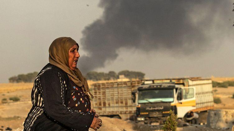 Une civile dans la région de Ras Al-Aïn (Syrie) frontalière après des bombardements turcs, mercredi 19 octobre 2019. (DELIL SOULEIMAN / AFP)