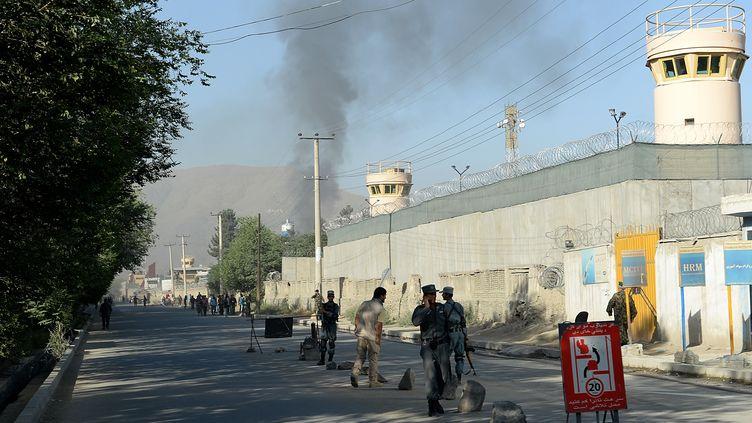 Les forces de sécurité afghanes devant l'entrée du palais présidentiel, à Kaboul (Afghanistan), le 25 juin 2013. (SHAH MARAI / AFP)