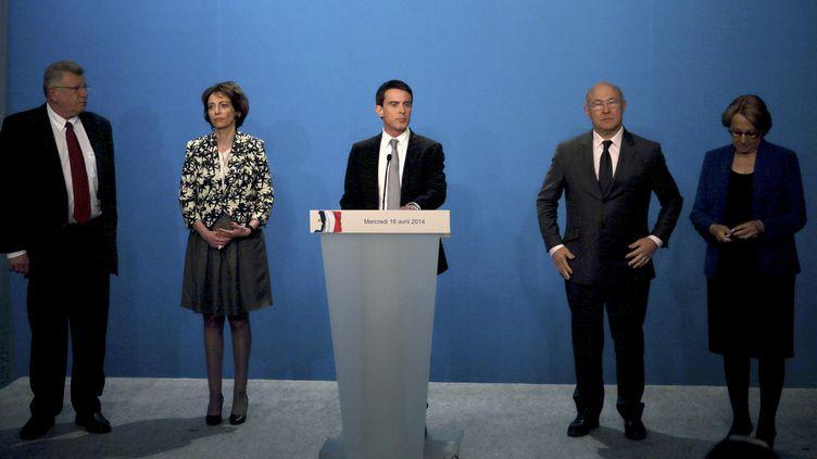 Le Premier ministre, Manuel Valls, entouré de ministres,mercredi 16 avril 2014,à Paris, lors de la présentation du plan d'écomies de la France. (PHILIPPE WOJAZER / POOL / AFP)