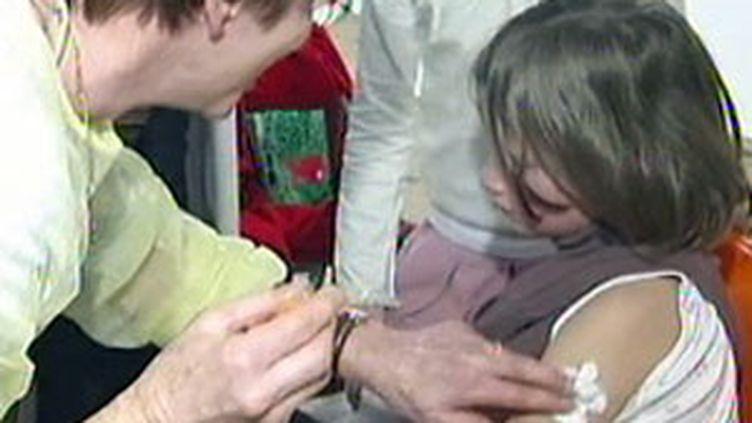 Vaccination d'une fillette contre la grippe A. (France 2)