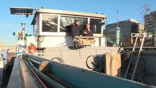 En raison des intempéries en succession, les bateliers sont en difficulté, bloqués depuis trois semaines en raison de l'interdiction de naviguer sur la Seine. Pour ces artisans, les conséquences économiques s'annoncent lourdes. (France 3)