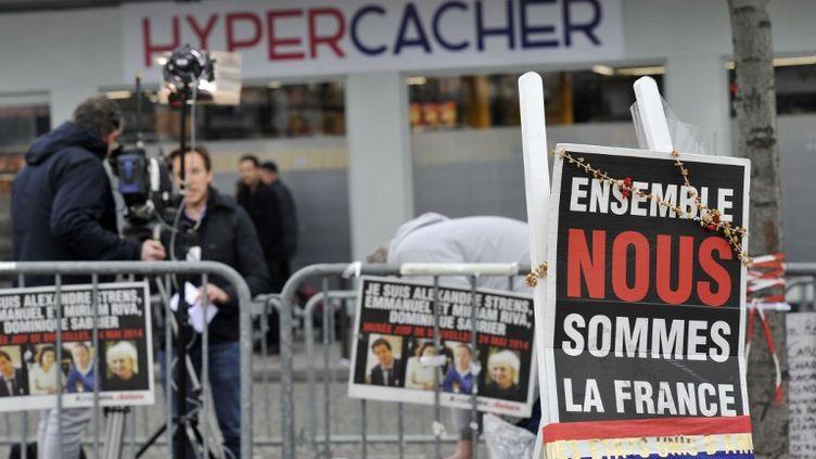 Devant l'Hyper Cacher, qui rouve ses portes trois mois après la prise d'otages, le 15 mars 2015 à Paris. (BOB DEWEL / AFP)