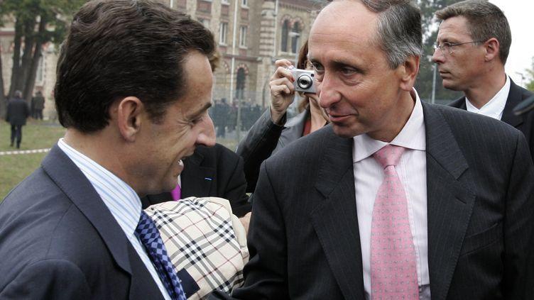 Nicolas Sarkozy et Philippe Courroye, le 7 octobre 2005 à Bièvres (Essonne). (JACK GUEZ / AFP)