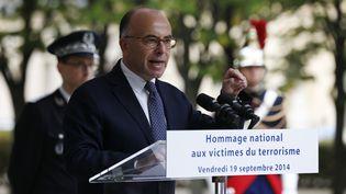 Le ministre de l'Intérieur, Bernard Cazeneuve, donne un discours au cours d'une cérémonie en hommage aux victimes du terrorisme, le 19 septembre 2014, aux Invalides. (THOMAS SAMSON / AFP)