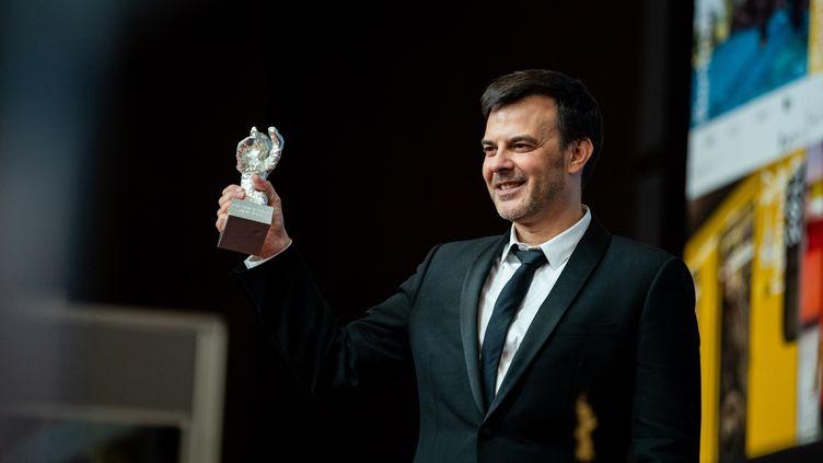 """François Ozon reçoit le Grand prix du jury à la Berlinale pour son film """"Grâce à Dieu"""", le 16 février 2019. (MANUEL ROMANO / NURPHOTO)"""