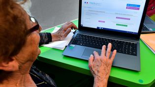 Les démarches numériques se sont multipliées avec la mise en place des mesures de confinement. (photo d'illustration) (GEORGES GOBET / AFP)