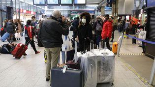 La gare Montparnasse à Paris prise d'assaut le 17 mars au matin, avant que les mesures de confinement pour cause de coronavirus ne s'appliquent. (THOMAS SAMSON / AFP)