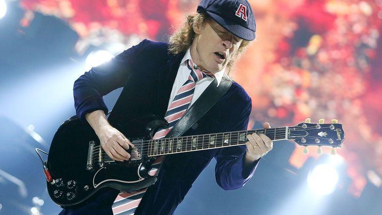 Angus Young, fondateur et guitariste d'AC/DC, sur scène le 17 septembre 2016 à Washington (Etats-Unis) durant le Rock or Bust Tour. (PAUL MORIGI / GETTY IMAGES NORTH AMERICA)
