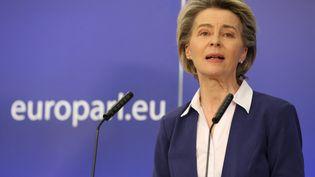 La présidente de la Commission européenne, Ursula Von Der Leyen lors d'une conférence de presse à Bruxelles (Belgique), le 20 janvier 2021. (DURSUN AYDEMIR / ANADOLU AGENCY / AFP)