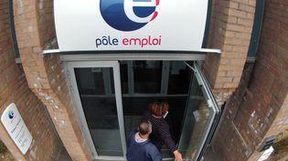 Devant l'agence Pôle emploi de Bailleul (Nord), le 13 septembre 2012. (PHILIPPE HUGUEN / AFP)