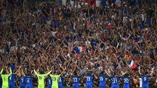 """Les Bleus et leurs supporters effectuent un """"clapping"""", le 7 juillet 2016, à Marseille (Bouches-du-Rhône). (PATRIK STOLLARZ / AFP)"""