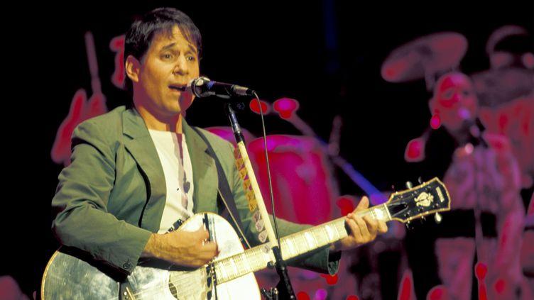 """Paul Simon sur scène le 6 juillet 1987 à Jones Beach (État de New York), durant la tournée du triomphal album """"Graceland"""" (JACK VARTOOGIAN / GETTY IMAGES / ARCHIVE PHOTOS)"""