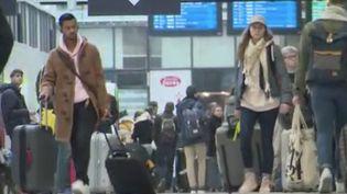 Mardi 17 mars, les déplacements sont réduits au strict nécessaire en France. Mais beaucoup ont voulu fuir avant d'être confinés pour au moins15 jours. Des urbains voulant gagner les campagnes se sont rués dans les gares et les stations-services. (FRANCE 3)