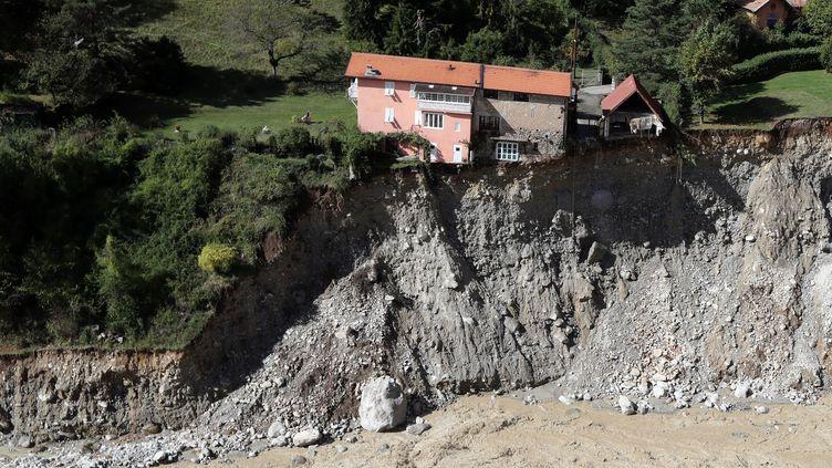 Une maison en équilibre sur une falaise qui s'est effondrée lors du passage de la tempête Alex dans les Alpes-Maritimes, ici à Saint-Martin-Vésubie, le 3 octobre 2020. (VALERY HACHE / AFP)