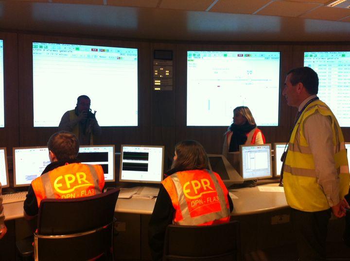 La salle de commande de l'EPR sous l'œil de Xavier Ursat, directeur exécutif d'EDF en charge des projets nucléaire (à droite) (CELIA QUILLERET / RADIO FRANCE)