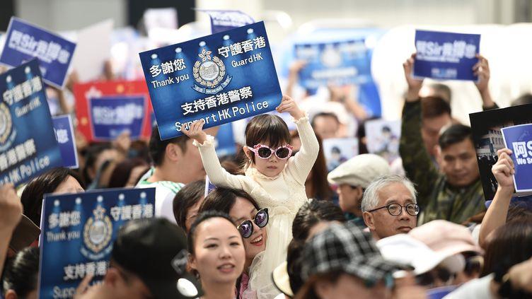 Des Hongkongais manifestent leur soutien aux forces de l'ordre, samedi 16 novembre 2019. (YE AUNG THU / AFP)