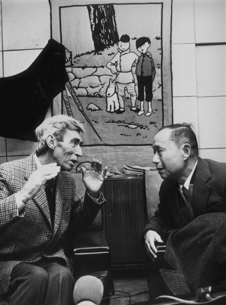 Hergé et Tchang discutent lors des retrouvailles entre les deux hommes, à Bruxelles (Belgique), en mars 1981. (KEYSTONE / HULTON ARCHIVE / GETTY IMAGES)