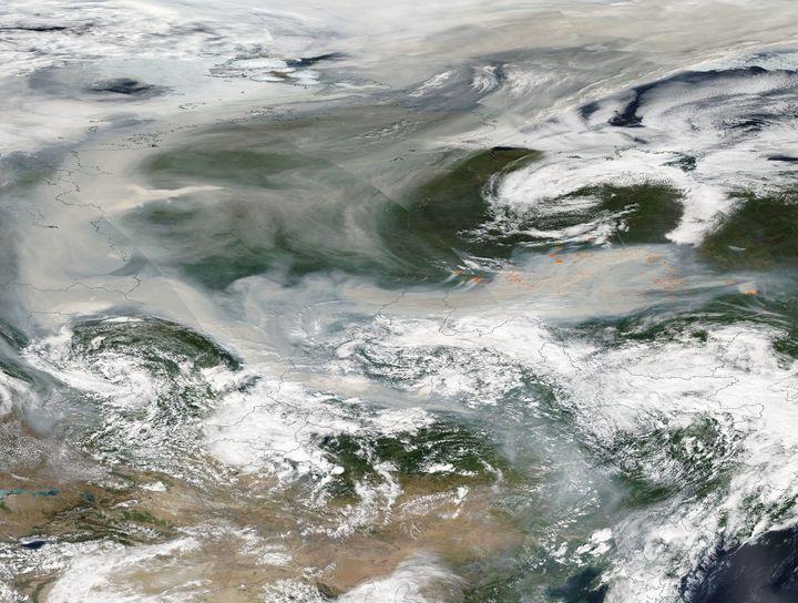 Cette image de l'Observatoire de la Terre de la NASA publiée le 7 août 2021 montre la fumée émise par des centaines d'incendies de forêt couvrant la majeure partie de la Russie le 6 août 2021. (HANDOUT / NASA EARTH OBSERVATORY / AFP)