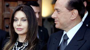 Veronica Lario et Silvio Berlusconi, alors président du Conseil italien,à Rome (Italie), le 4 juin 2004. (VINCENZO PINTO / AFP)