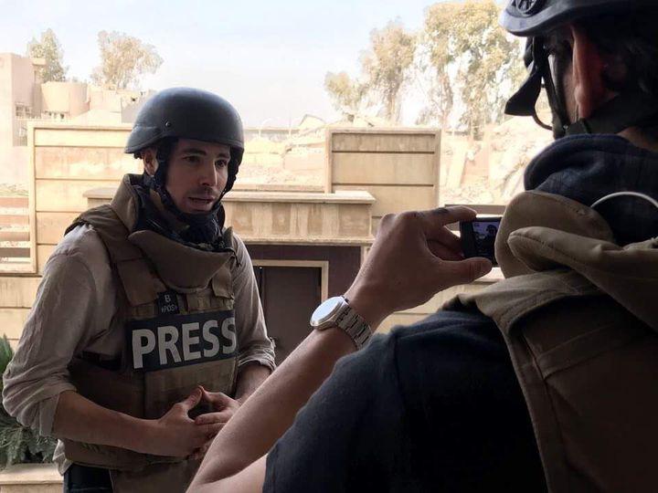 Le journaliste Arnaud Comte, casqué et protégé par un gilet pare-balles, lors d'une mission à Mossoul (Irak) en mars 2017. (FRANCE TELEVISIONS)