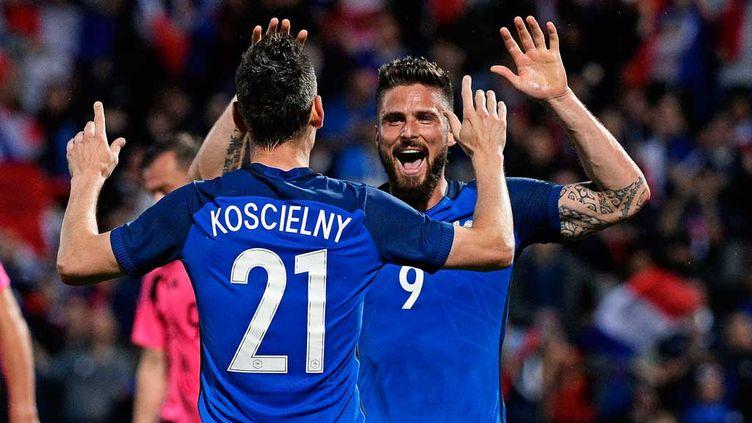 (Olivier Giroud et Laurent Koscielny, les deux buteurs face à l'Ecosse, battue 3-0 par les Bleus. © MaxPPP)