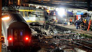 Des équipes de secours sur le site de l'accident ferroviaire en gare de Brétigny-sur-Orge (Essonne), le 12 juillet 2013. (LIONEL BONAVENTURE / AFP)