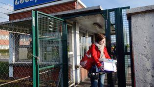 Des employés de l'usine Goodyear d'Amiens-Nord (Somme) sortent du site alors que deux dirigeants étaient séquestrés, mardi 7 janvier 2014. (DENIS CHARLET / AFP)