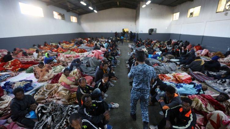 Des migrants africains dans le centre de détention de Tariq al-Matar, le 11 décembre 2017, dans les environs de Tripoli, la capitale libyenne. (MAHMUD TURKIA / AFP)