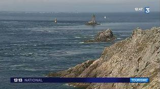 Une équipe de France 3 s'est rendue à La Pointe du Raz (Finistère), un site qui a subi quelques changements depuis 20 ans, pour le plus grand plaisir des touristes.  (FRANCE 3)