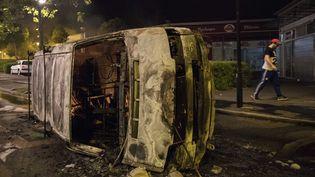 Une voiture incendiée dans le quartier de Breil à Nantes après la mort d'un homme par un policier, le3 juillet 2018. (SEBASTIEN SALOM GOMIS / AFP)