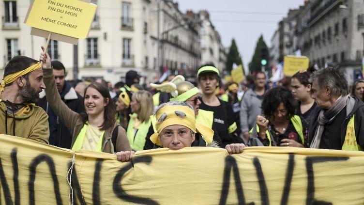 Des manifestants tiennent des pancartes le 1er mai 2019 à Nantes (Loire-Atlantique). (SEBASTIEN SALOM-GOMIS / AFP)