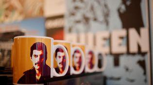 Objets de merchandising officiel du légendaire groupe de groupe Queen dans la boutique ouverte . (TOLGA AKMEN / AFP)