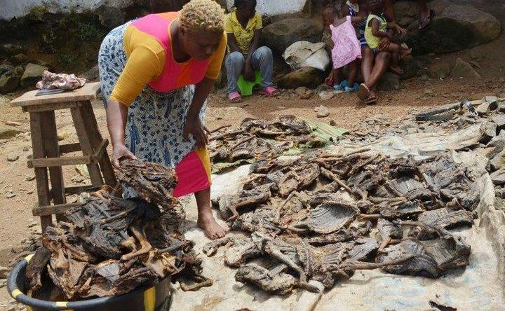 Vente de viande sauvage à Monrovia au Libéria en 2014. (ZOOM DOSSO / AFP)