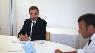 Emmanuel Macron et son ministre de l'Outre mer, Sébastien Lecornu, le 11 août 2020 au chateau de Bregançon. (DANIEL COLE / AFP)
