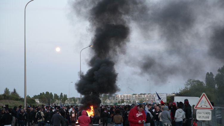 Des surveillants de la prison de Fleury-Merogis (Essonne) protestent lundi 10 avril contre la récente agression de six de leurs collègues. (GEOFFROY VAN DER HASSELT / AFP)